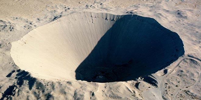 Cráter Sedan, resultante de la potente explosión