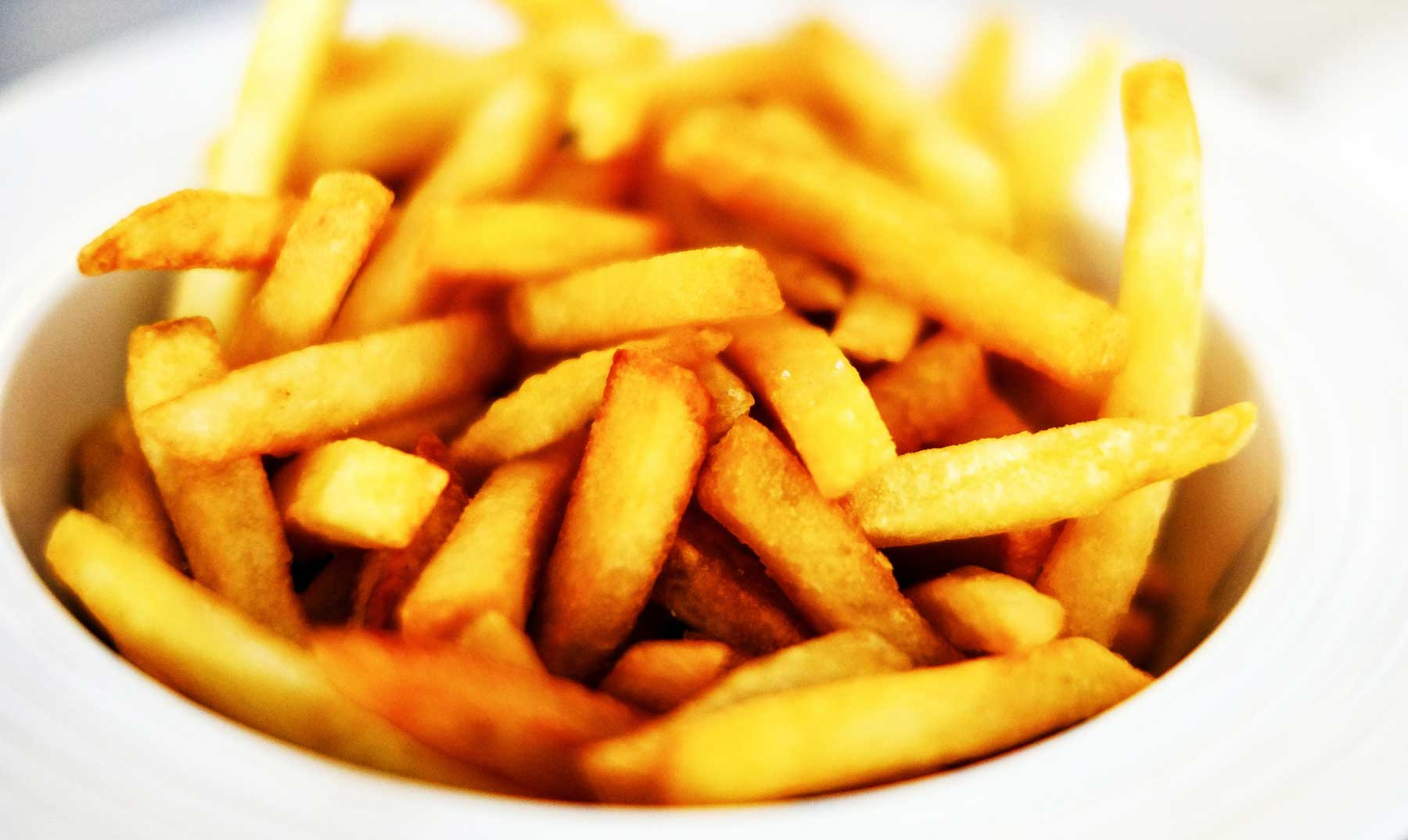 El hombre que se emborracha con patatas fritas