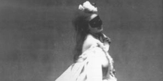 La Condesa de Castiglione posando disfrazada en una fotografía de estudio