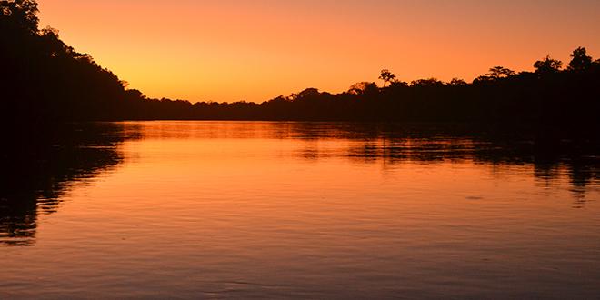Atardecer en el río Amazonas, sobre el río Amazonas
