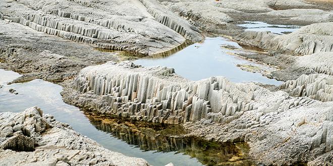 Formaciones rocosas de basalto, en el cabo Stolbchaty