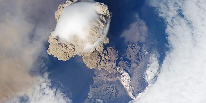 Erupción del volcán Sarychev, captada en los primeros estadios por las cámaras de la Estación Espacial Internacional en 2009