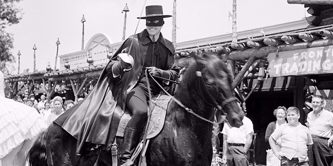 Guy Williams, el protagonista, sobre su caballo en las calles de Disneylandia, el estudio donde se grabó la serie. 1958