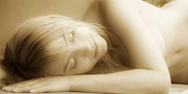 mujer dormir sin ropa