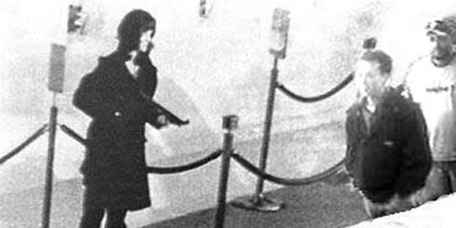 Patty Hearst en compañía de dos correligionarios de la banda terrorista Ejército de Liberación Simbiótico