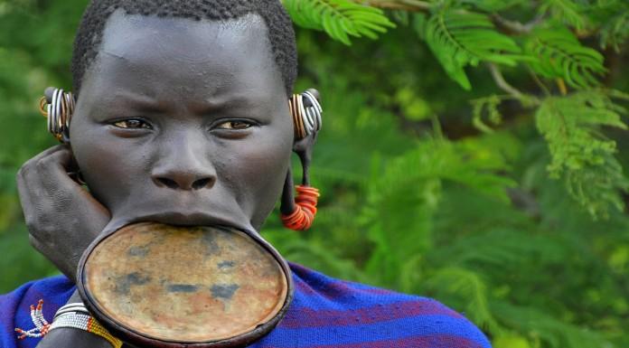 La tribu de las mujeres del plato en el labio