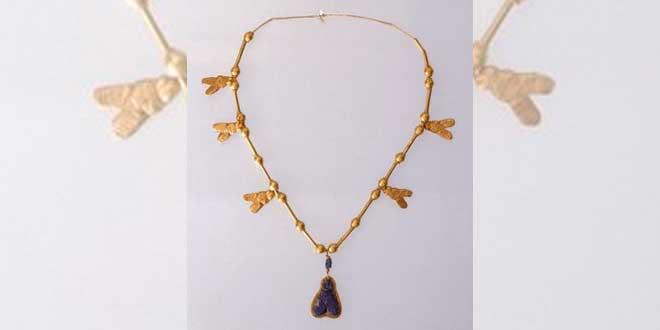 Collar amuleto de moscas, aprox. 1539-1292 A.C. Brooklyn Museum.