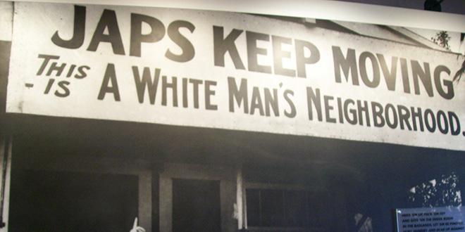 """Cartel del campo de concentración para japoneses, en Independance, California. Dice: """"Japoneses, muévanse. Éste es un barrio de hombres blancos""""."""