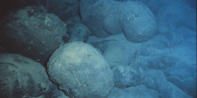 Formación de lava acojinada, recientemente formada en el mar, a las afueras de Hawái