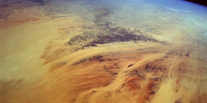 Vista satelital de las arenas movidas por los vientos del noreste, desde el Chad