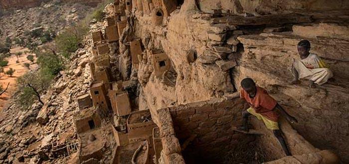 tribus del mundo, Dogón, Escalando