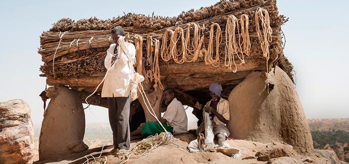 tribus del mundo, Dogón, preparando cuerdas para escalar