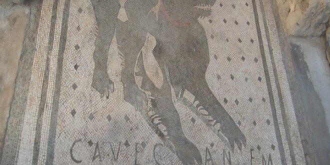 Mosaico con la inscripción Cave Canem ¡Cuidado con el perro!