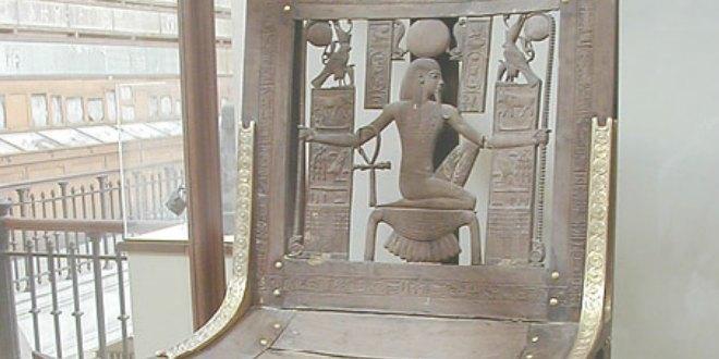 Silla de cedro hallada en la tumba