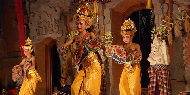 Baile ritual de Bali para las niñas con su primera menstruación. Sólo ellas pueden bailar al frente