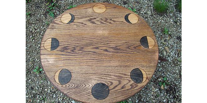 Las fases de la luna en una mesa de altar de roble