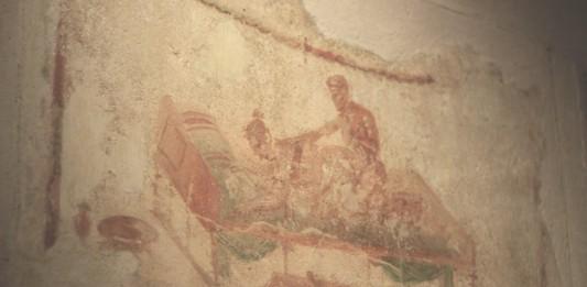 ¿Por qué los griegos se sujetaban un testículo al copular?