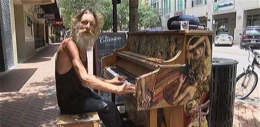 El vagabundo que toca el piano de forma maravillosa
