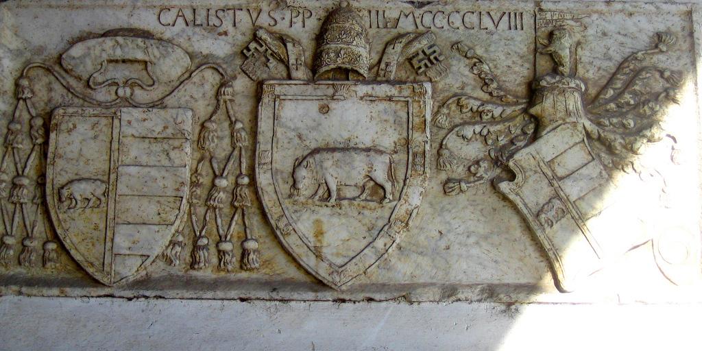 Relieve del papa Calixto III en el puente Milvio en Roma. Puede notarse el toro, emblema de los Borgia