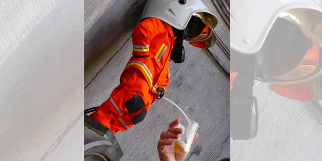"""Manneken Pis vestido de bombero y """"orinando"""" cerveza"""
