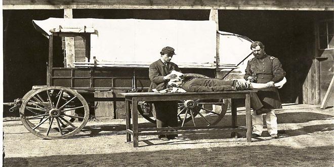 Un momento en la Guerra de Secesión norteamericana, entre 1861 y 1865. Observa la mascarilla con la que administran probablemente éter al paciente