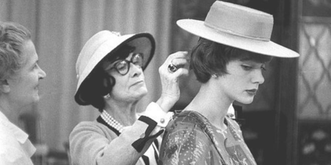 Una Coco Chanel ya mayor en el backstage de un desfile.