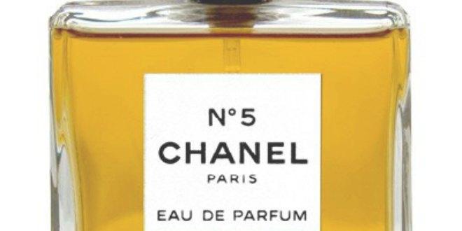 Chanel nº5 es el perfume más conocido de la diseñadora. Con notas de jazmín, el diseño de su botella fue también novedoso y rompedor.
