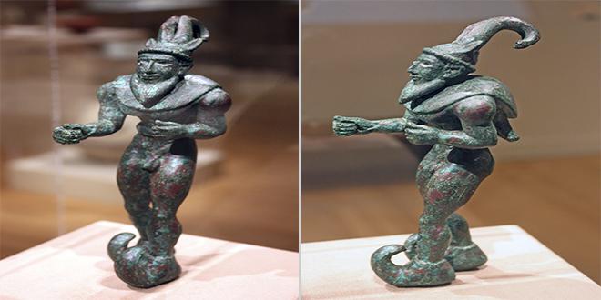Figuras de demonios mesopotámicos o iraníes, ca. 3000 a.C. Nota su calzado y su sombrero, que lo asemejan a un duende o un gnomo