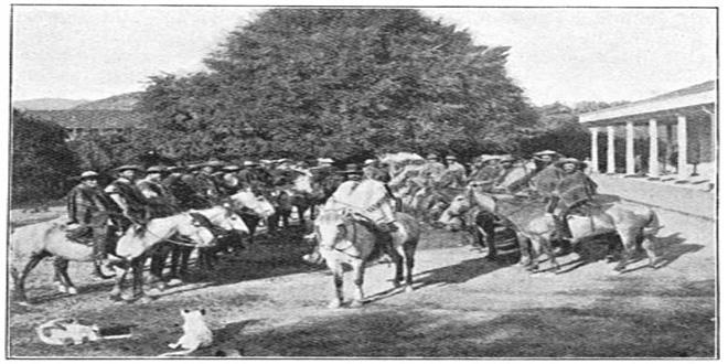 """Un """"patrón de fundo"""" chileno rodeado por """"huasos"""" --vaqueros-- de su propiedad. A finales del siglo XIX"""