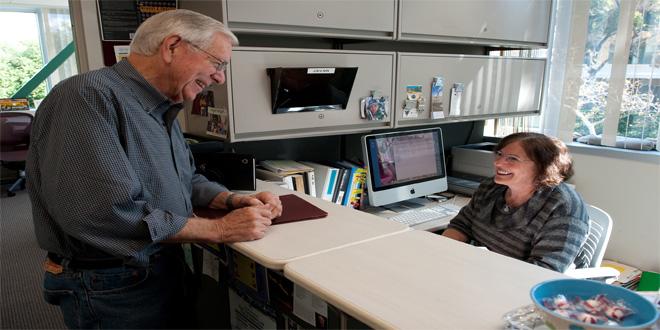 El neurobiólogo James McGaugh y su asistente, Nan Collett