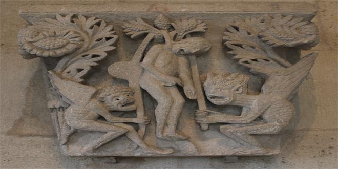 Relieve en la catedral St. Lazare, en Francia, representando el momento en que Judas, ahorcándose, es ayudado por dos demonios