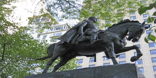 Estatua ecuestre de Smón Bolívar realizada en bronce, colocada en el Central Park de Nueva York