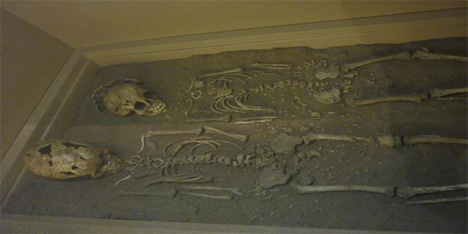 Esqueletos de dos niños de Grimaldi, de 11.000 años de antigüedad. Museo Nacional de Arqueología en Saint Germain, Francia