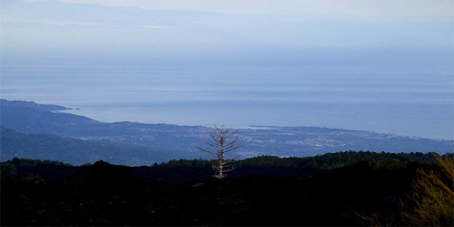 Vista del mar Mediterráneo desde el Etna, en Sicilia