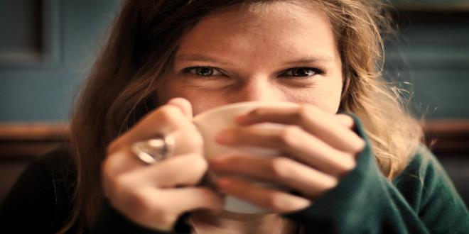 mujer bebiendo feliz (Copy)