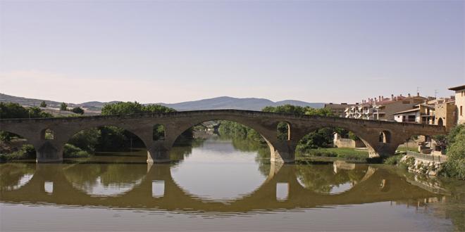 Villa Puente La Reina, en Pamplona, es un punto importante en el Camino de Santiago por juntarse en ella los dos caminos que vienen de Francia