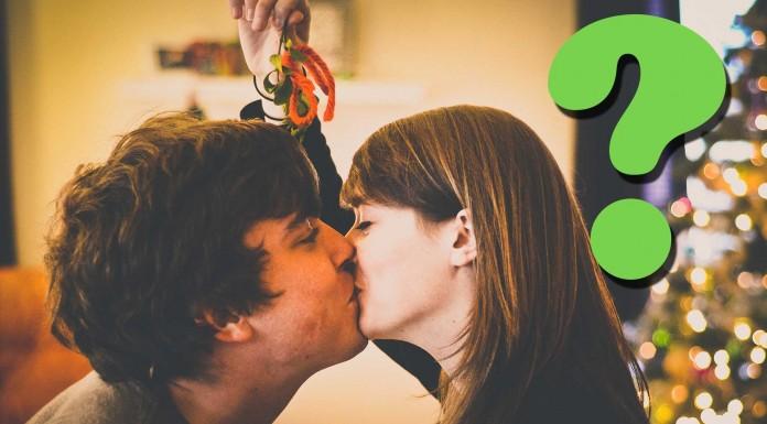 ¿Por qué hay que besarse bajo el muérdago?