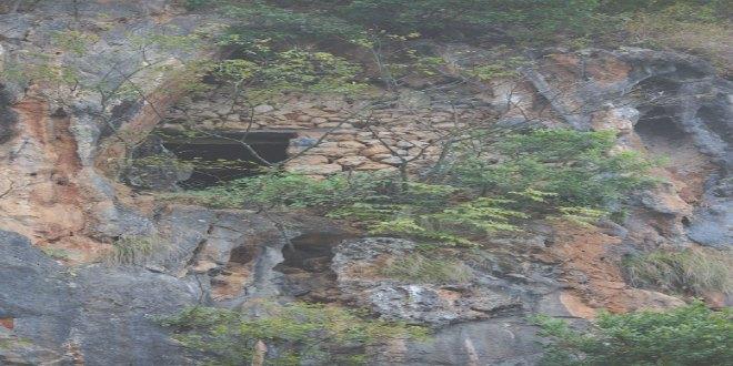Cuevas escarpadas con ataúdes colgantes