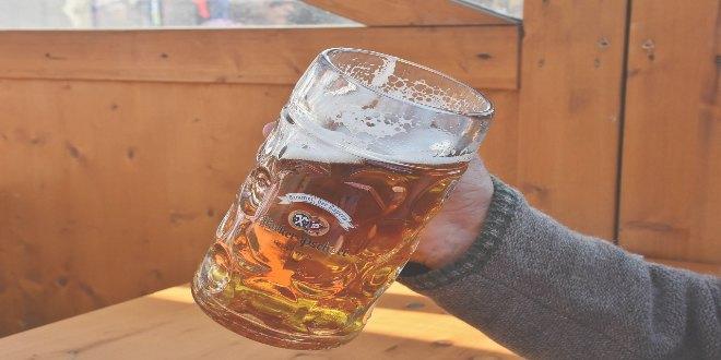 Hombre con jarra de cerveza