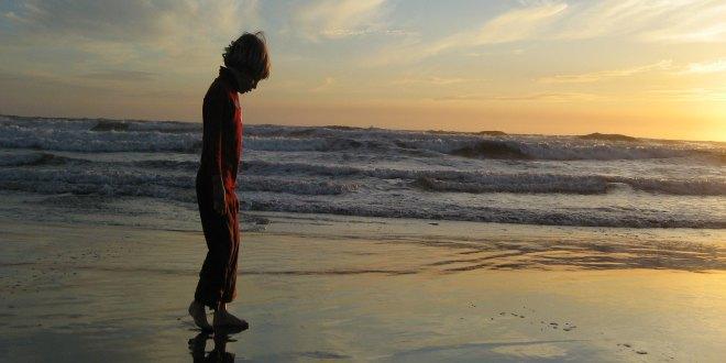 niño paseando por la playa