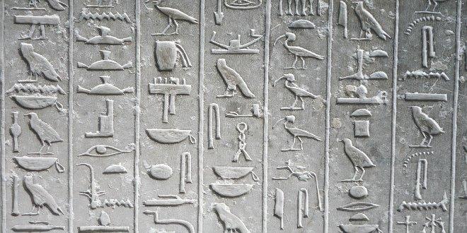 Jeroglíficos grabados en piedra