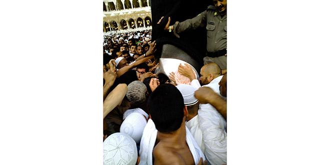 En la esquina de la Kaaba, la gente se pelea por besar la Piedra Negra