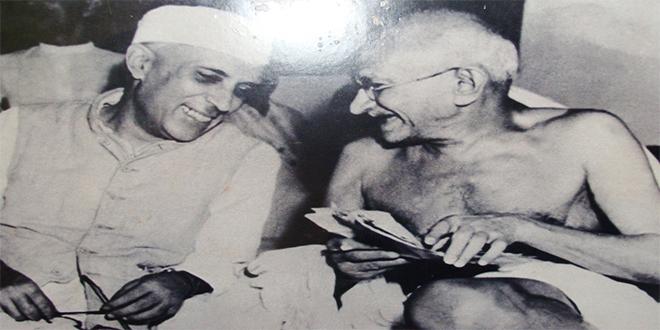 Gandhi con el Primer Ministro de la India, Jawaharlal Nehru en 1946
