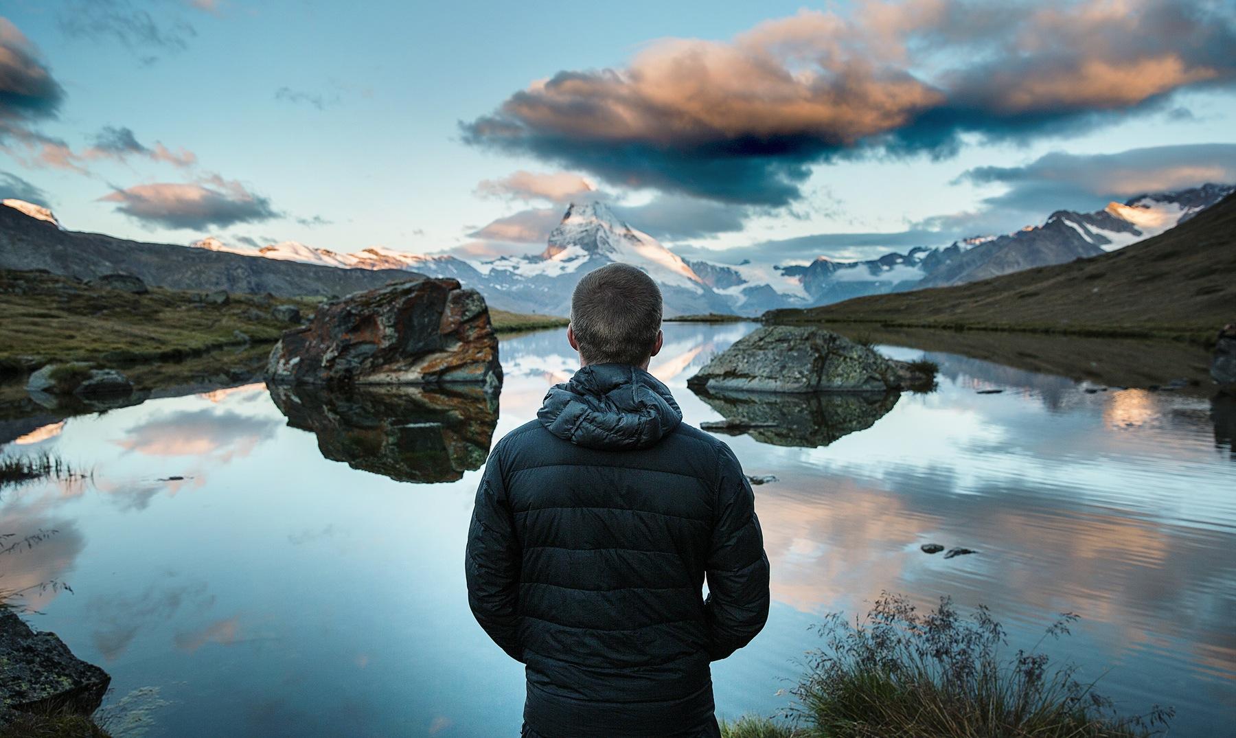hombre ante un lago cerebro de una persona creativa
