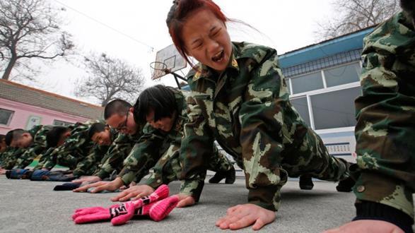 niña china en instrucción militar