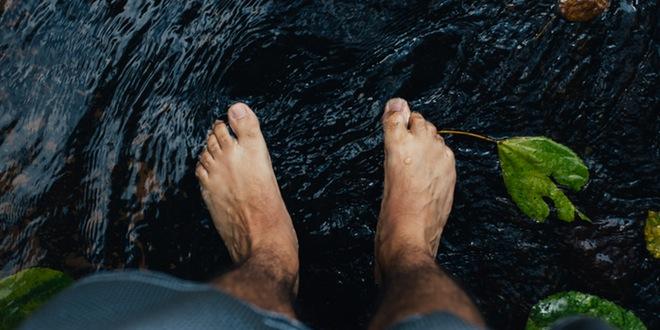 pies en un rio