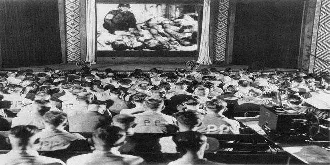 1945: Soldados alemanes reaccionan a imágenes de un campo de concentración nazi