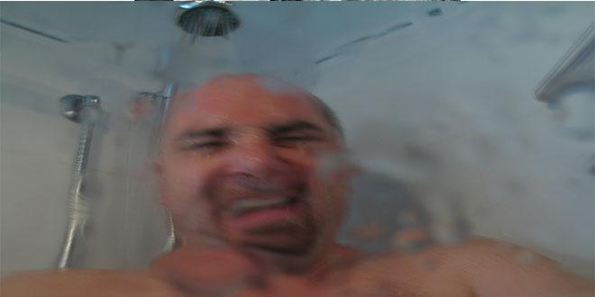 Los interesantes beneficios de una ducha de 10 minutos por la mañana