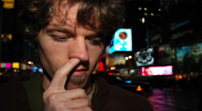 Meter los dedos en tu nariz puede ser peligroso para tu salud