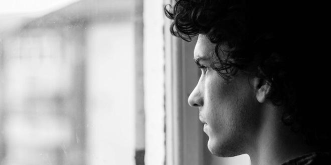 triste mirando ventana